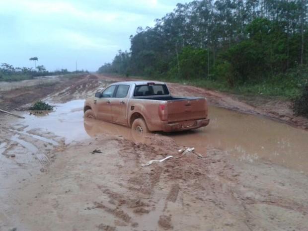 Carros ficam atolados na estrada em dias chuvosos (Foto: Sandro Saldanha/Arquivo Pessoal)
