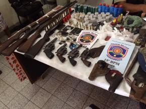 Armas e munições foram apreendidas com suspeitos no Agreste de Pernambuco (Foto: Divulgação/PMPE)