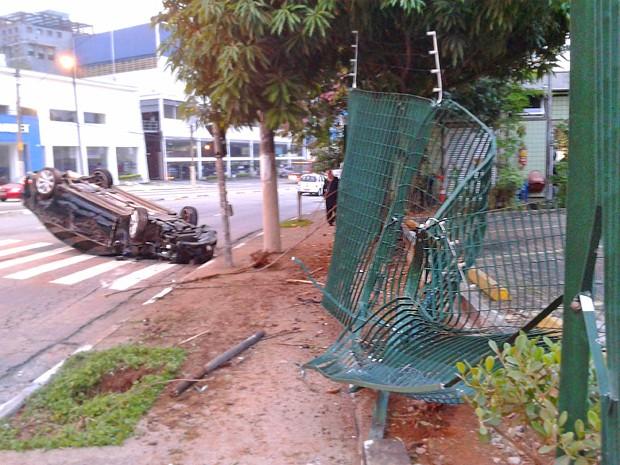 Grade de posto de manutenção do metrô ficou destruída, após acidente (Foto: Rafael Miotto/G1)