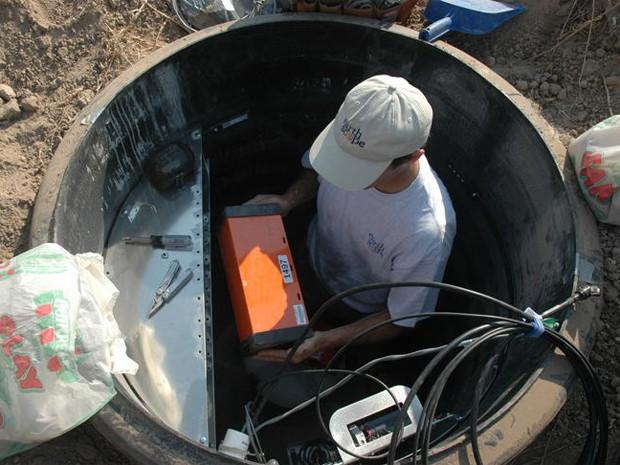 Engenheiro instala equipamento para medição de abalos sísmicos em Idaho, nos EUA (Foto: Perle Dorr/IRIS Consortium)