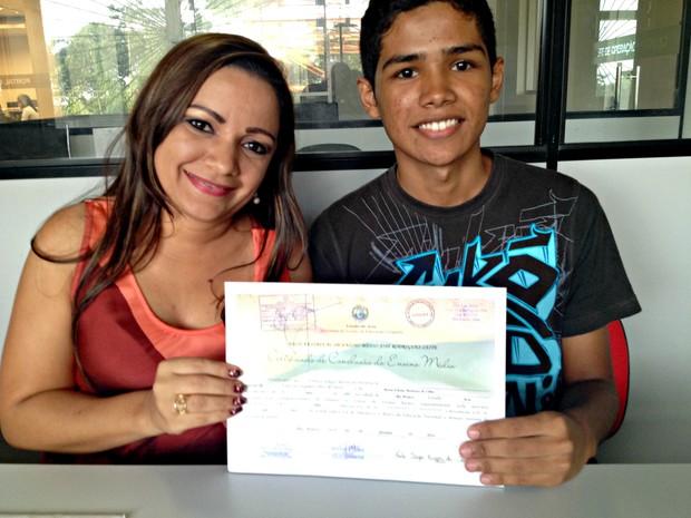 Eliana e Paulo mostram o certificado de conclusão do ensino médio (Foto: Veriana Ribeiro/G1)