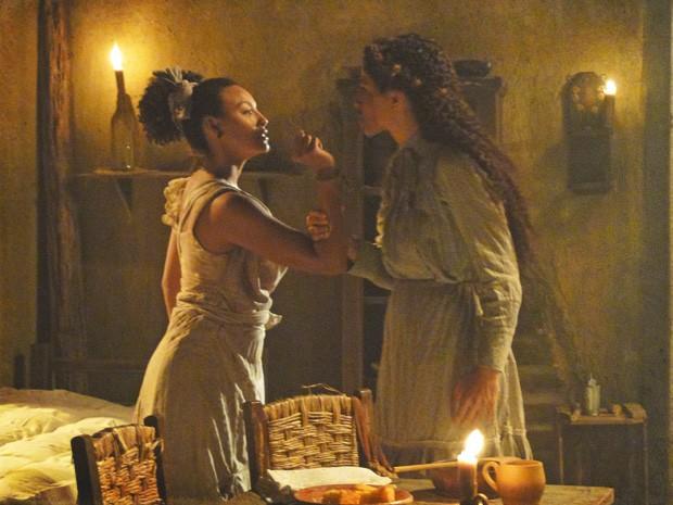 Berenice até tenta devolver o tapa, mas Isabel mostra que tem mão pesada também (Foto: Lado a Lado/TV Globo)