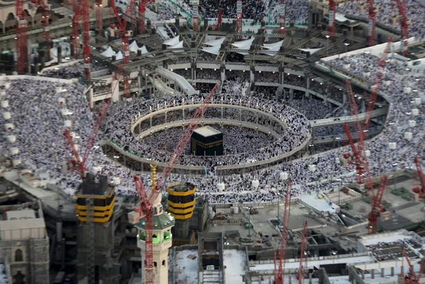 Imagem de arquivo mostra vários guindastes com as estruturas suspensas ao redor da Grande Mesquita de Meca (Foto: Ali Al Qarni/Reuters/Arquivo)
