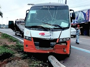 Batida de micro-ônibus derrubou poste da Av. Max Teixeira, na Zona Norte de Manaus (Foto: Divulgação / Manaustrans)