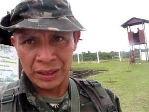 Cabo da etnia yanomami serve como tradutor para tribo e guia na selva (Foto: Tahiane Stochero/G1)
