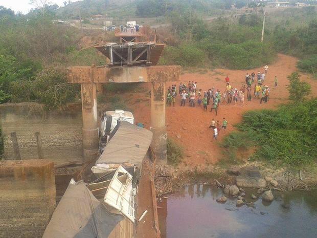 Ponte desabou em agosto de 2014; em novembro, uma nova foi instalada. (Foto: Ascom/ PRF)