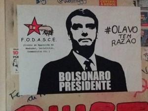 Mural da UFRGS amanheceu com cartaz com imagem de Bolsonaro (Foto: Maria Eduarda Magro/arquivo pessoal)
