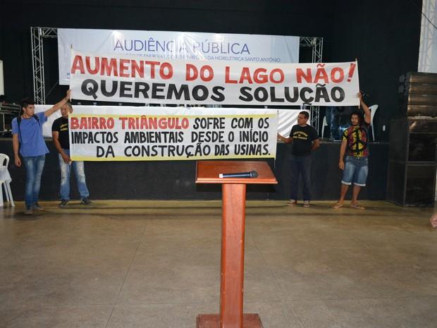MAB e moradores atingidos pela barragem realizaram manifestação durante audiência (Foto: Hosana Morais/G1)