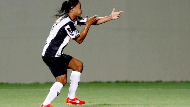 Ronaldinho Gaúcho comemoração gol Atlético-MG Arsenal Sarandi (Foto: Reuters)