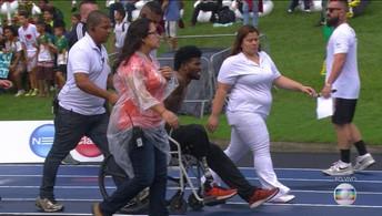 Richard Browne se machuca e  sai amparado de cadeira de rodas