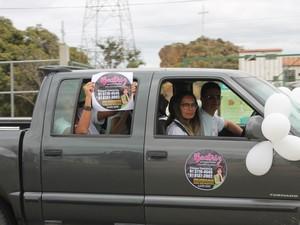 Pais de Beatriz participam de buzinaço por solução de crime da filha (Foto: Juliane Peixinho / G1)
