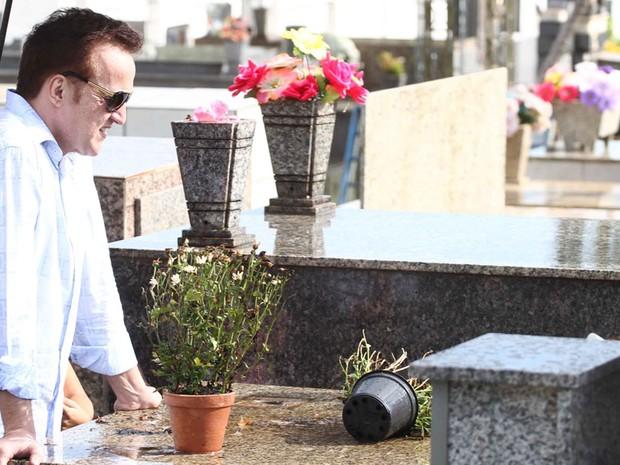 Carlinhos Cachoeira, acompanhado da mulher,  visitou o túmulo da mãe em Anápolis (GO), Maria José de Almeida Ramos, que morreu em abril. (Foto: André Borges/Folhapress)