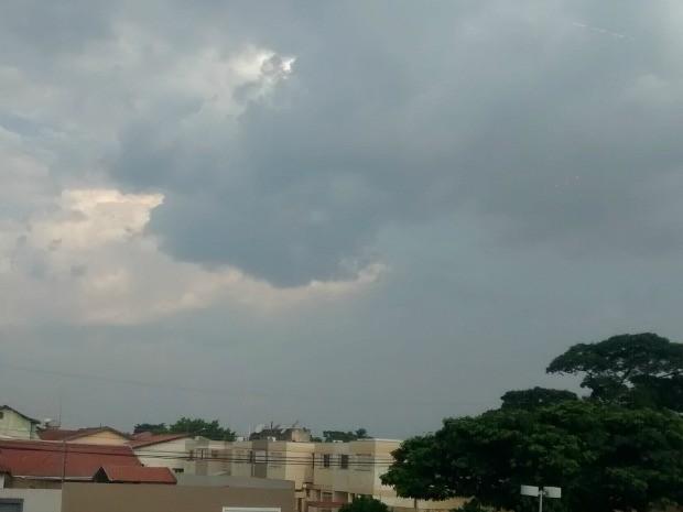 Apesar do calor, tempo fica nublado em Campo Grande nesta sexta-feira (Foto: Juliene Katayama/G1 MS)