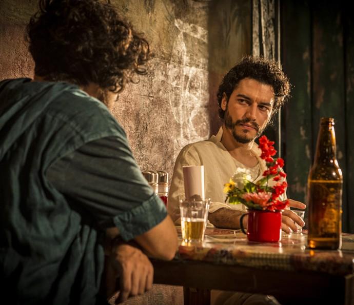 Martim desconversa sobre seu passado (Foto: Inácio Moraes/ Gshow)