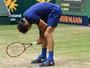 Federer sofre, joga raquete no chão e cai para Zverev na semifinal em Halle