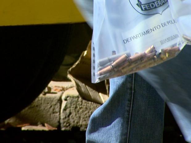 Policial recolhe cápsulas de armamento usado por assaltantes em Ribeirão Preto (Foto: Reprodução/EPTV)
