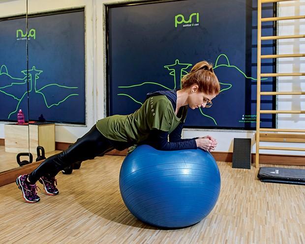 O exercício com  bola fortalece a  região da coluna  (Foto:  )