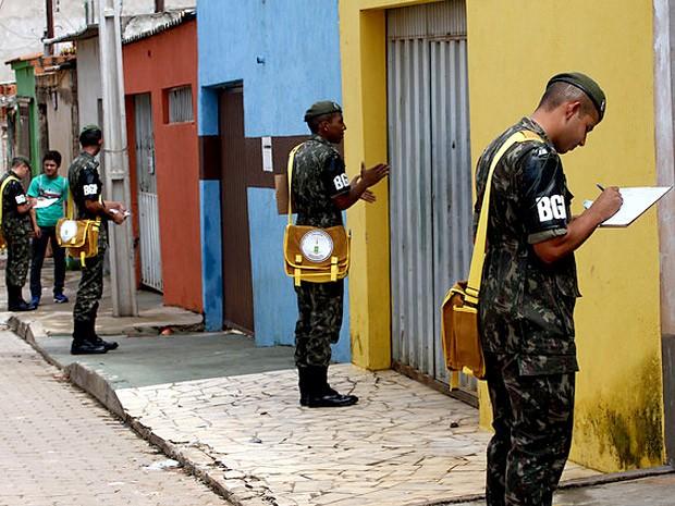 Militares do Exército durante treinamento para combate à dengue e à febre chikungunya (Foto: Gabriel Jabur/Agência Brasília)