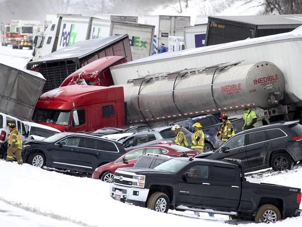 Veículos ficaram empilhados em acidente na Pensilvânia, nos Estados Unidos (Foto: Daniel Zampogna/PennLive.com via AP)