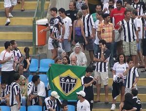 torcida do atlético-MG ipatingão chuva (Foto: Rodrigo Fuscaldi / Globoesporte.com)