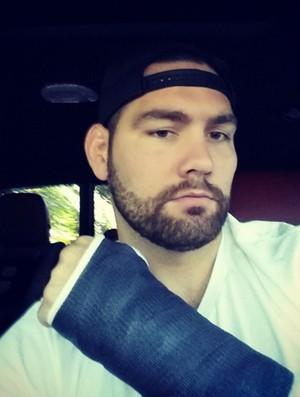 Cris Weidman braço machucado (Foto: Reprodução / Instagram)