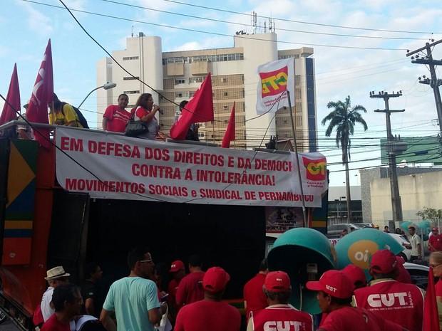 Manifestantes fazem discursos em carro de som e lembram que o ato ocorre em todo o Brasil nesta quinta (20) (Foto: Thays Estarque/G1)