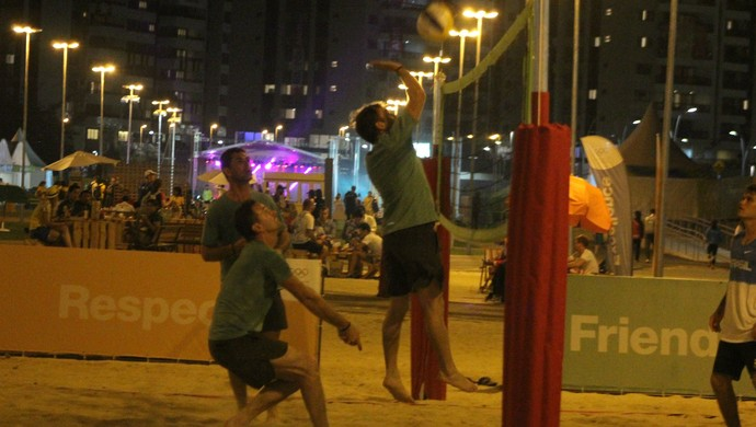 Atletas do hipismo jogam vôlei de praia na Vila Olimpica (Foto: Diego Guichard)