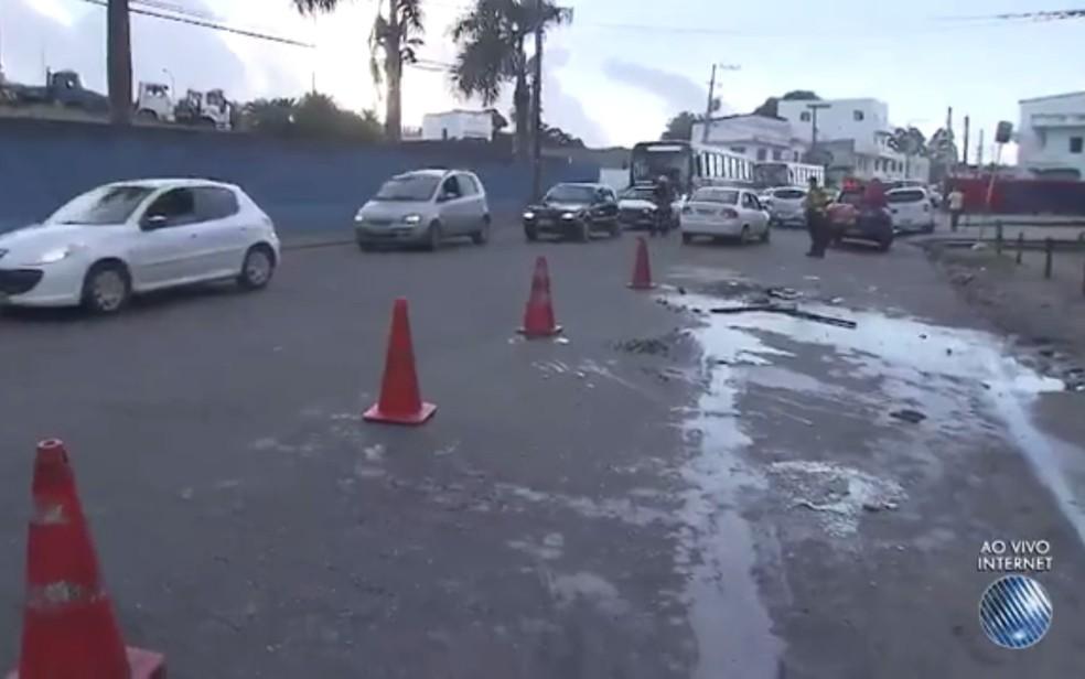 Óleo derramado deixa pista interditada, no início da manhã desta quarta-feira (Foto: Reprodução/ TV Bahia)