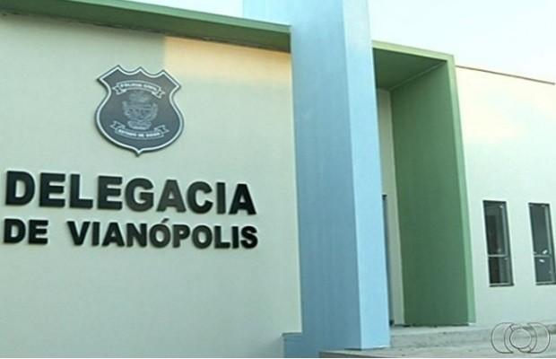 Moradores se unem e constroem delegacia por conta própria, em Vianópolis Goiás (Foto: Reprodução / TV Anhanguera)