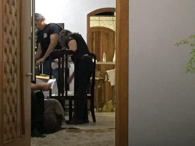 Policiais civis vistoriaram a casa dos envolvidos (Foto: Valmir Custódio/G1)