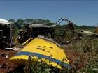 Famílias e amigos enterram vítimas de Kombi atingida por avião no Paraná