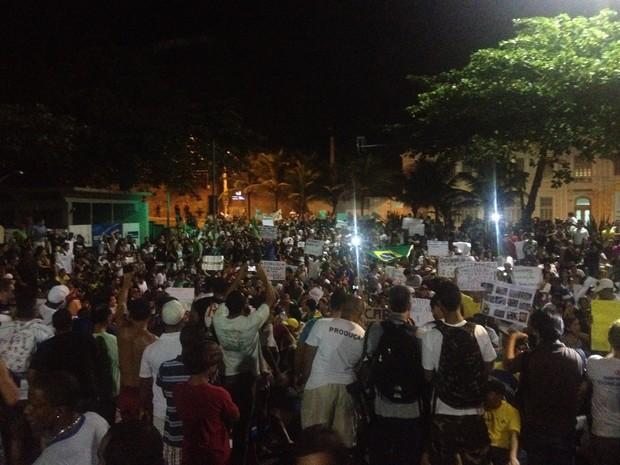No Leblon, manifestantes da Rocinha e do Vidigal pedem saúde e saneamento.  (Foto: Luís Bulcão/G1)