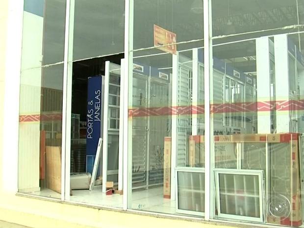 Criminosos quebraram vidro para invadir loja de material de construção em Jundiaí (Foto: Reprodução / TV TEM)
