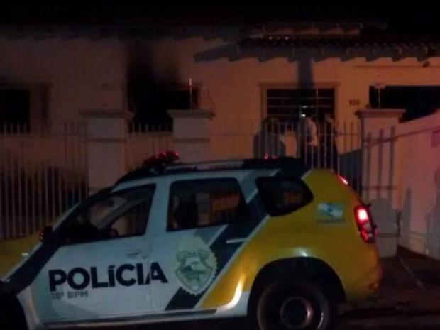 Incêndio começou em um quarto da casa, segundo o Corpo de Bombeiros (Foto: Câmara Reporter/Divulgação)