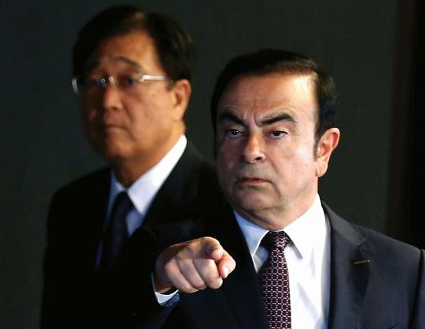 O momento em que ghosn entra na sala com o CEO da mitsubishi para anunciar o acordo entre as montadoras (Foto: Divulgação)
