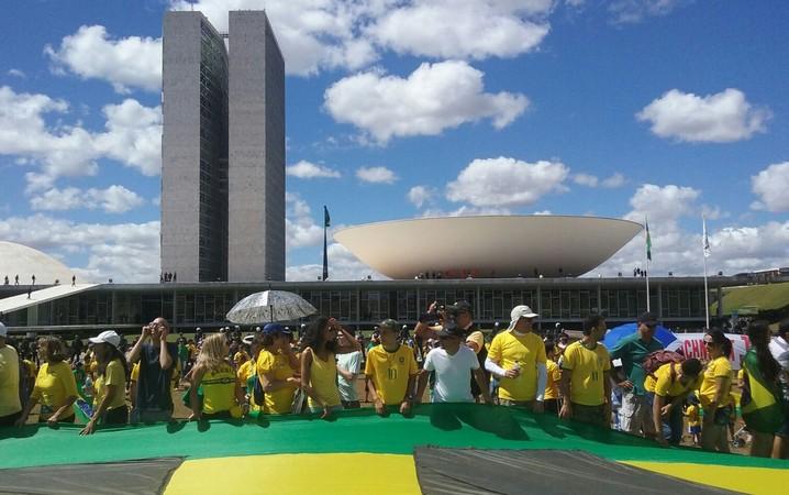 Em frente ao Congresso, manifestantes entoam coro de