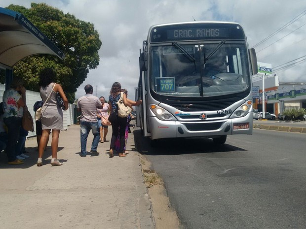 Ônibus voltaram a circular em Maceió (Foto: Marcio Chagas/G1)