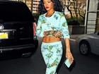 De barriga de fora, Rihanna vai a consulta com dentista