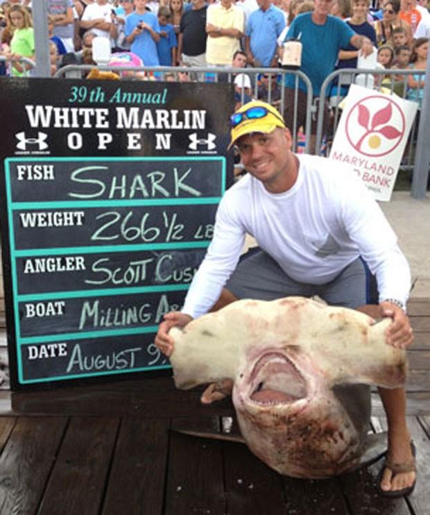 Scott Cusick estabeleceu um novo recorde ao fisgar um tubarão martelo de 120,8 quilos. (Foto: Divulgação/Maryland Department of Natural Resources)