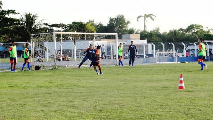 Jogadores fazem treino de finalização no Mutange (Foto: Henrique Pereira/ GloboEsporte.com)
