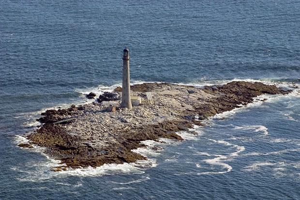 Pequena ilha rochosa na costa de YorK foi leiloada por US$ 78 mil (Foto: Jeremy D'Entremont/U.S. General Services Administration/AP)