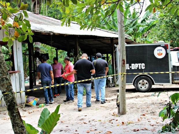 Corpos foram removidos pelo IML (Foto: Suelen Gonçalves/ G1 AM)