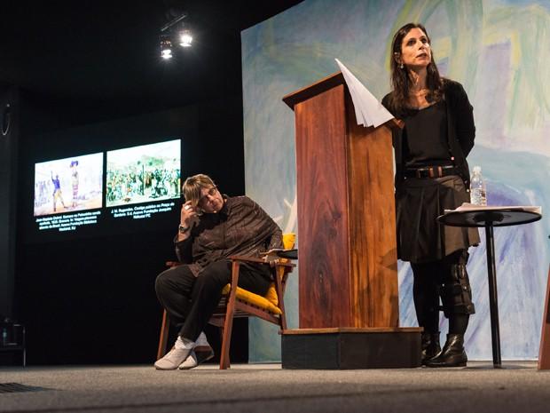 Lilia M. Schwarcz (em pé) e Heloísa M. Starling, autoras de 'Brasil: Uma biografia', durante mesa na Flip 2015 (Foto: Divulgação)