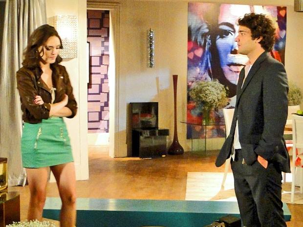 Elano mostra que superou Cida (Foto: Cheias de Charme / TV Globo)