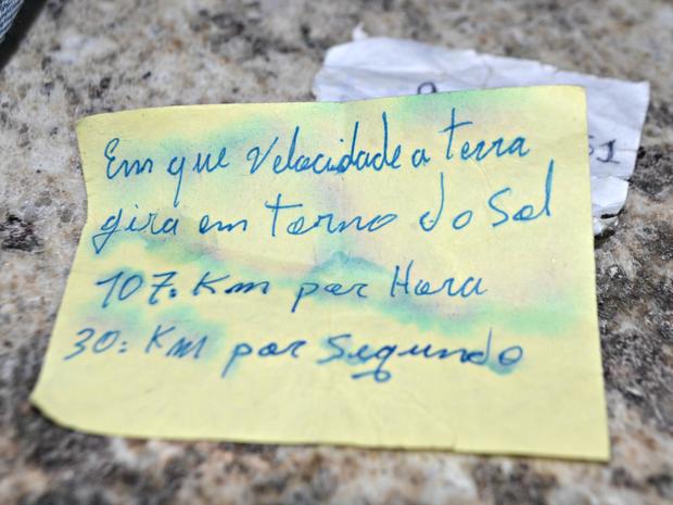Foi achado também um bilhete com anotações sobre a velocidade em que a terra gira (Foto: Anny Barbosa/G1)