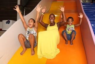 Ex-BBB Angélica Ramos brinca com os filhos Luís Otávio e Vinícius em buffet infantil (Foto: Iwi Onodera/EGO)