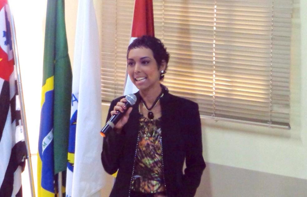 Aline Wega em uma das participações em palestras motivacionais sobre transplante  (Foto: Aline Wega/ Arquivo Pessoal )