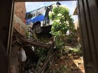 Ônibus sem controle atinge muro de casas, em João Pessoa