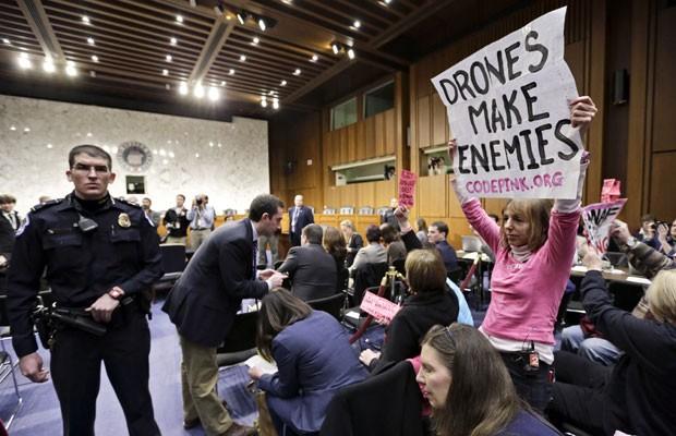 Manifestantes se levantam contra o uso de drones no Senado americano, nesta quinta (7) (Foto: J. Scott Applewhite/AP)