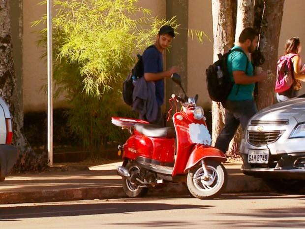 Lambreta fica estacionado em rua de campus da Ufla, em Lavras (Foto: Reprodução/EPTV)